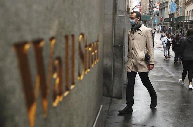 Señor entrando en Wall Street con mascarilla