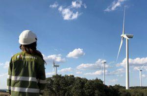 Iberdrola_trabajadora_mirando_aerogeneradores