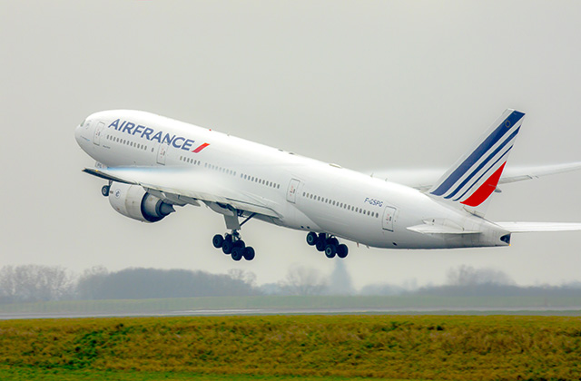 Avión de Air France despegando
